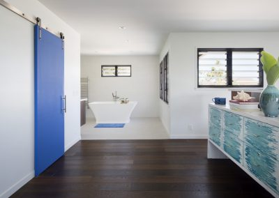 Large_open_plan_bedroom_and_ensuite_with_breezway_louvres