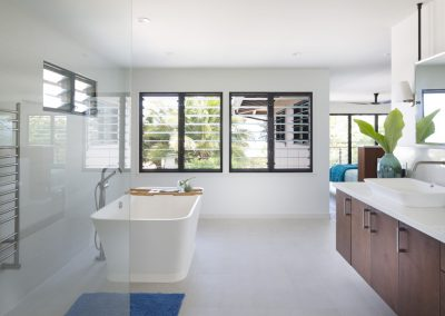 Master_bedroom_ensuite_with_views_through_breezway_louvres